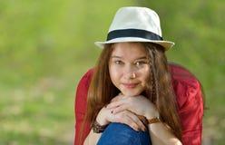 Retrato de la muchacha hermosa al aire libre Imagen de archivo libre de regalías