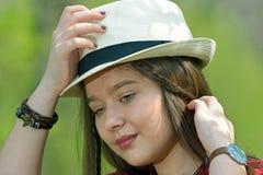 Retrato de la muchacha hermosa al aire libre Foto de archivo