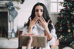 Retrato de la muchacha hermosa antes de la Navidad imagen de archivo