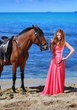 Retrato de la muchacha hermosa con el caballo Imágenes de archivo libres de regalías