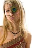 Retrato de la muchacha hermosa con el pavo real una pluma. Foto de archivo