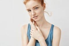 Retrato de la muchacha hermosa con el pelo astuto que plantea la sonrisa mirando la cámara Imágenes de archivo libres de regalías