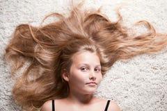 Retrato de la muchacha hermosa con el pelo largo. Imágenes de archivo libres de regalías