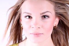 Retrato de la muchacha hermosa con el pelo largo que sopla en brisa Imagen de archivo libre de regalías