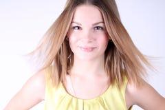 Retrato de la muchacha hermosa con el pelo largo que sopla en brisa Fotos de archivo libres de regalías