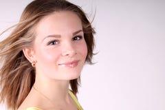 Retrato de la muchacha hermosa con el pelo largo que sopla en brisa Imagenes de archivo
