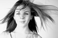 Retrato de la muchacha hermosa con el pelo largo que sopla en brisa Imágenes de archivo libres de regalías