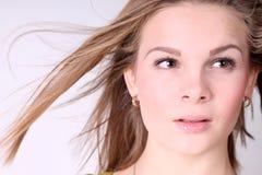 Retrato de la muchacha hermosa con el pelo largo que sopla en brisa Imagen de archivo