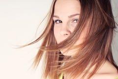 Retrato de la muchacha hermosa con el pelo largo que sopla en brisa Foto de archivo libre de regalías