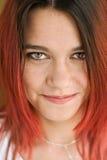 Retrato de la muchacha hermosa con el pelo rojo y una sonrisa agradable Imágenes de archivo libres de regalías