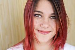 Retrato de la muchacha hermosa con el pelo rojo y una sonrisa agradable Imagen de archivo