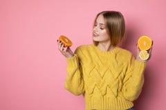 Retrato de la muchacha hermosa con el pelo rubio que lleva el su?ter amarillo imagen de archivo libre de regalías