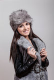 Retrato de la muchacha hermosa con el sombrero del invierno encendido Imagenes de archivo