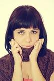Muchacha del retrato con la bufanda en cuello Foto de archivo