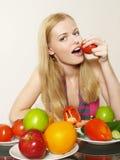 Retrato de la muchacha hermosa con la fruta Foto de archivo libre de regalías