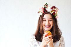 Retrato de la muchacha hermosa con la guirnalda de la flor Foto de archivo libre de regalías