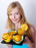 Retrato de la muchacha hermosa con la naranja y el jugo Imagen de archivo