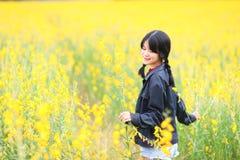 Retrato de la muchacha hermosa con las flores amarillas, verano soleado Foto de archivo libre de regalías