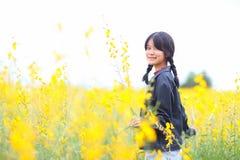 Retrato de la muchacha hermosa con las flores amarillas, verano soleado Fotografía de archivo libre de regalías
