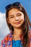 Retrato de la muchacha hermosa con las gafas de sol Imagen de archivo libre de regalías