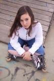Retrato de la muchacha hermosa con los patines Fotos de archivo libres de regalías