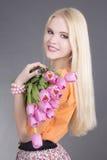 Retrato de la muchacha hermosa del blondie con los tulipanes Foto de archivo