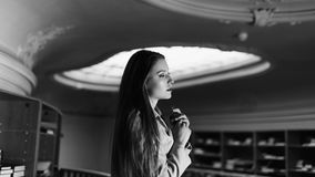 Retrato de la muchacha hermosa del estudiante en la biblioteca Foto blanco y negro de Pekín, China Imagen de archivo