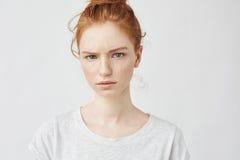 Retrato de la muchacha hermosa del pelirrojo del trastorno que mira la cámara Imágenes de archivo libres de regalías
