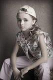 Retrato de la muchacha hermosa en camiseta y pantalones en el cuarto invertido del casquillo de antemano Imagenes de archivo