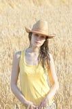 Retrato de la muchacha hermosa en campo de trigo Foto de archivo