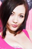 Retrato de la muchacha hermosa en color de rosa Foto de archivo
