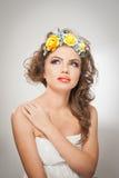 Retrato de la muchacha hermosa en estudio con las rosas amarillas en su pelo y hombros desnudos Mujer joven atractiva con maquill Imagen de archivo