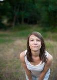Retrato de la muchacha hermosa en fondo de la naturaleza Imagen de archivo