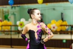 Retrato de la muchacha hermosa en funcionamiento de la gimnasia del arte Foto de archivo
