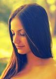 Retrato de la muchacha hermosa en la naturaleza Imágenes de archivo libres de regalías