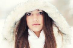 Retrato de la muchacha hermosa en paisaje del invierno Imágenes de archivo libres de regalías