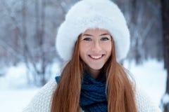 Retrato de la muchacha hermosa en parque Imagenes de archivo