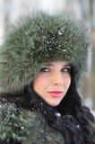 Retrato de la muchacha hermosa en ropa del invierno Imágenes de archivo libres de regalías