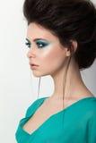 Retrato de la muchacha hermosa en un vestido de la turquesa imagenes de archivo