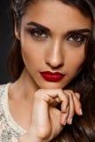 Retrato de la muchacha hermosa en vestido cremoso con los labios rojos Fotos de archivo