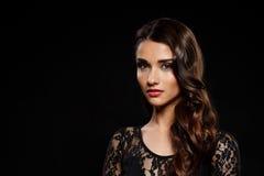 Retrato de la muchacha hermosa en vestido negro sobre fondo oscuro Imagenes de archivo