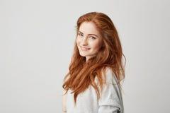 Retrato de la muchacha hermosa feliz alegre con el pelo astuto que sonríe mirando la cámara sobre el fondo blanco Imagen de archivo