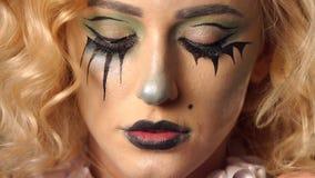 Retrato de la muchacha hermosa joven con el esqueleto del maquillaje en su cara V?spera de Todos los Santos almacen de video