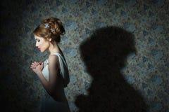 Retrato de la muchacha hermosa joven con el pelo ondulado, foto de la moda fotos de archivo