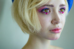 Retrato de la muchacha hermosa joven con maquillaje rosado foto de archivo libre de regalías