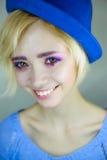 Retrato de la muchacha hermosa joven con maquillaje rosado imagenes de archivo
