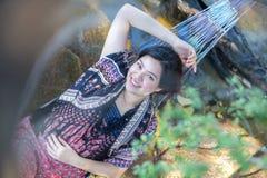 Retrato de la muchacha hermosa joven de Asia que se relaja en la hamaca en Foto de archivo libre de regalías