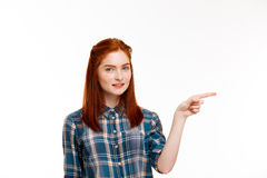 Retrato de la muchacha hermosa joven del jengibre sobre el fondo blanco Imágenes de archivo libres de regalías