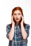 Retrato de la muchacha hermosa joven del jengibre sobre el fondo blanco Imagen de archivo libre de regalías