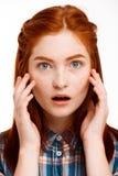 Retrato de la muchacha hermosa joven del jengibre sobre el fondo blanco Fotografía de archivo libre de regalías